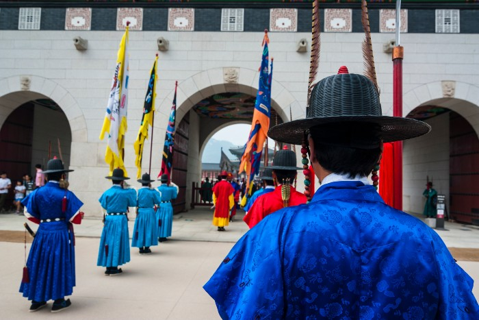 Seoul: the guards in blue are in action