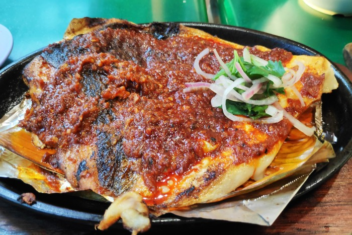 food lovers' guide to Singapore: stingray on a plate with banana leaves
